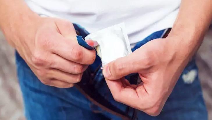 Cara Pakai Kondom - Pastikan Penis Sudah Ereksi